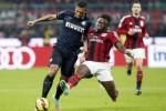 Pemain AC Milan Sulley Muntari (Ka) mentakel pemain Inter Milan Fredy Guarin. JIBI/Rtr/Alessandro Garafallo