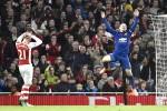 Gelandang serang Manchester United's Wayne Rooney (Ka) merayakan golnya ke gawang Arsenal. Sementara pemain Arsenal Kieran Gibbs terlihat kecewa. JIBI/Ruters/Toby Melville