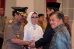Presiden Joko Widodo (kedua kanan) dan Wapres Jusuf Kalla (kanan) mengucapkan selamat kepada Jaksa Agung Prasetyo (kiri) dan Isteri Ny. Ros Ellyana (kedua kiri) usai pelantikan di Istana Negara, Jakarta, Kamis (20/11/2014). HM Prasetyo merupakan politikus Partai NasDem yang terpilih menjadi anggota DPR periode 2014-2019 dan pernah menjabat sebagai Jaksa Agung Muda bidang Pidana Umum periode 2005-2006. (JIBI/Solopos/Antara/S. Jusuf)