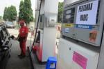 Pengendara mobil terpaksa mengisi BBM jenis premium setelah pertamax di SPBU Belangwetan, Klaten Utara, habis, Jumat (21/11/2014).  (Chrisna Chanis Cara/JIBI/Solopos)