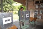 Espos/Bony Eko Wicaksono Warga menggunakan hak pilih di bilik suara saat pemilihan langsung RT 002/RW 01, Lingkungan Pokoh, Kelurahan Wonoboyo, Kecamatan Wonogiri, Minggu (23/11/2014). (Bony EW/JIBI/Solopos)