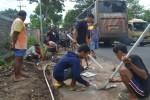 Warga RT 001/RW 007, Dusun Jatibedug, Desa Purworejo, Kecamatan Wonogiri menyambung pipa air bersih yang dibelokkan ke daerah lain, Senin (24/11/2014). (Bony Eko Wicaksono/JIBI/Solopos)