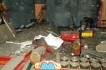 Seorang pekerja membersihkan pecahan eternit Gedung Auditorium RSPD Sragen yang ambrol, Selasa (25/11) siang. (Kurniawan/JIBI/Solopos)