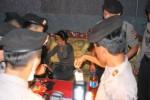 RAZIA KULONPROGO : Tandai Karaoke Ilegal, Petugas Pasang Spanduk Penutupan