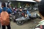 Sejumlah sepeda motor menjadi korban kericuhan massa AMPG di Kantor DPP Partai Golkar, Jakarta, Selasa (25/11/2014) sore. (Akhirul Anwar/JIBI/Bisnis)