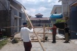 Warga Perumahan Graha Safira 1, Wirun, Mojolaban, Sukoharjo, memasang portal di lokasi pagar yang dijebol pengembang, Selasa (4/11/2014). (Aries Susanto/JIBI/Solopos)