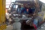 Bus malam jurusan Solo-Jakarta berpelat nomor AD 1603 AF ringsek setelah menghantam bagian belakang truk trailer peti kemas berpelat nomor H 1941 AF di Jl. Solo-Boyolali, tepatnya di depan Rumah Sakit Umum Daerah (RSUD) Banyudono, Boyolali, Rabu (12/11/2014). (Irawan Sapto Adhi/JIBI/Solopos)