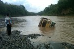 Truk hanyut di Sungai Progo (Sunartono/JIBI/Harian Jogja)
