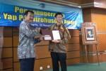 Yap Tjai Hok (kanan) mewakili keluarga besar Yap Hong Tjoen menerima penghargaan Dr.Yap Prawirohusodo, Sabtu (22/11/2014). (Harian Jogja/Uli Febriarni)