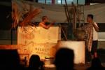 """Komunitas Sego Gurih mementaskan lakon """"KUP"""" karya Wage Daksinarga dalam pentas keliling yang di halaman Kantor Harian Jogja, jalan AM Sangaji 41, Yogyakarta, Rabu (10/12/2014) malam. Pentas sandiwara berbahasa jawa itu mengangkat permasalah sosial masyarakat pinggiran yang kurang beruntung. (JIBI/Harian Jogja/Desi Suryanto)"""