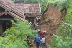 Warga gotong royong membersihkan sisa material longsor yang mengenai salah satu rumah warga di Desa Banjarsari, Kamis (4/12/2014). (JIBI/Harian Jogja/Holy Kartika N.S.)