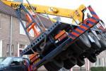 Mobil derek yang dipergunakan untuk proses melamar justru merusak rumah (BBC)