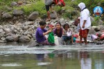 Sejumlah warga Dusun Turusan mencuci baju di aliran sungai Kayangan di Pendoworejo, Girimulyo, Kulonprogo, DI. Yogyakarta, Rabu (17/12/2014). (JIBI/Harian Jogja/Desi Suryanto)