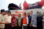 Gubernur Jawa Barat Ahmad Heryawan (keempat dari kiri) bersama Direktur Utama Bank BJB Ahmad Irfan (ketiga dari kanan), Wakil Bupati Bandung Deden R Rumaji (tengah), dan Ketua DPRD Jawa Barat Ineu Purwadewi Sundari (ketiga dari kiri) mendengar penjelasan Kepala Badan Penanggulangan Bencana Daerah (BPBD) Kabupaten Bandung Marlan (kiri) seusai acara serah terima bantuan perahu karet dari Bank BJB di kawasan Bojongsoang, Kabupaten Bandung, Jawa Barat, Rabu (24/12/2014). Bank BJB memberikan bantuan sepuluh unit perahu karet untuk membantu evakuasi korban banjir Bandung Selatan yang terus meluas. (Rachman/JIBI/Bisnis)