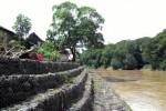Air dari aliran Sungai Bengawan Solo akan meluap dan menggenangi permukiman warga di Dukuh Daleman RT 007/RW 006, Banaran, Ngringo, Karanganyar, Jawa Tengah apabila hujan turun selama beberapa jam. Kondisi itu rutin terjadi setiap tahun. Foto diambil Jumat (19/12/2014). (Sri Sumi Handayani/JIBI/Solopos)