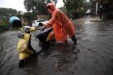 Pengendara motor melintasi genangan di kawasan Manahan, Solo, Kamis (18/12/2014). Genangan tersebut dampak dari drainase buruk yang tidak mampu menampung air saat hujan deras. (Reza Fitriyanto/JIBI/Solopos)