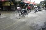 Sejumlah pengguna jalan melambatkan laju kendaraan ketika melintasi jalan Grogol-Baki, tepatnya di kawasan Gedagang yang tergenang air, Rabu (17/12/2014). (M Khodiq Duhri/JIBI/Solopos)