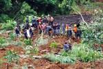 Warga bersama anggota TNI dan sukarelawan mencari korban tertimbun tanah longsor di Dusun Jemblung, Desa Sampang, Karangkobar, Banjarnegara, Jawa Tengah, Sabtu (13/12/2014). Tebing setinggi 100 meter yang longsor, Jumat (12/12/2014) itu, menimbun sedikitnya 40 rumah. Puluhan orang masih belum ditemukan. (JIBI/Solopos/Antara/Anis Efizudin)