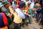 Sejumlah anggota tim SAR gabungan mengevakuasi jenazah korban tanah longsor di Dusun Jemblung, Desa Sampang, Kecamatan Karangkobar, Banjarnegara, Jawa Tengah, Minggu (14/12/2014). Pada pencarian hari kedua, ditemukan 38 jenazah korban bencana Banjarnegara dan pencarian ditambah dengan menggunakan alat berat untuk membuka jalur yang terputus. (JIBI/Solopos/Antara/Idhad Zakaria)