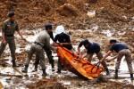 Sejumlah personel SAR dan Tagana mengevakuasi korban longsor di Dusun Jemblung, Desa Sampang, Kecamatan Karangkobar, Banjarnegara, Jawa Tengah, Sabtu (13/12/2014). Bencana tanah longsor itu menimbun setidaknya 40 rumah di desa itu pada Jumat (12/12/2014) sore. Tim SAR telah berhasil menemukan 19 jenazah dan puluhan lainnya masih belum ditemukan. (JIBI/Solopos/Antara/Idhad Zakaria)