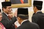 Presiden Joko Widodo alias Jokowi (kanan) memberikan ucapan selamat kepada Kepala Staf Kepresidenan Luhut Binsar Panjaitan (kiri) seusai pelantikan di Jakarta, Rabu (31/12/2014). Agenda Presiden Jokowi itu diselenggarakan di Istana Negara, Kompleks Istana Kepresidenan Jakarta. (JIBI/Solopos/Antara/Prasetyo Utomo)