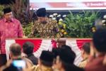 Presiden Joko Widodo (kanan) didampingi Menteri Agama Lukman Hakim Saifuddin (kiri) menandatangani prasasti Peresmian Transformasi Perguruan Tinggi Keagamaan Islam Negeri (PTKIN) di Istana Negara, Jakarta, Jumat (19/12/2014). Presiden Joko Widodo meresmikan transformasi tiga institut agama Islam negeri (IAIN) menjadi universitas islam negeri (UIN) dan sembilan sekolah tinggi agama Islam negeri (STAIN) menjadi IAIN. Sesuai agenda, presiden dalam kesempatan itu juga meluncurkan Program 5.000 Doktor Tahun 2015-2019. (JIBI/Solopos/Antara/Widodo S. Jusuf)