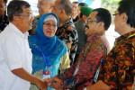 Wakil Presiden Jusuf Kalla (kiri) bersalaman dengan Kabiro Umum dan SDM Pusat Penelitian Perkebunan Gula Indonesia (P3GI) Lilik Koesmihartono (kanan) yang didampingi Direktur P3GI Triantarti (tengah) saat berkunjung di P3GI, Pasuruan, Jawa Timur, Sabtu (6/12/2014). Menurut Wapres Jusuf Kalla, upaya pemerintah meningkatkan produktivitas dan swasembada gula dengan program 110, yaitu luasan lahan satu hektare menghasilkan tebu 100 ton dengan rendemen 10 persen. (JIBI/Solopos/Antara/Adhitya Hendra)