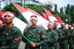 Sejumlah prajurit TNI AD mengibarkan bendera Merah Putih saat pembukaan Pameran Alat Utama Sistem Persenjataan (Alutsista) TNI AD di Lapangan Silang Monas, Jakarta, Jumat (12/12/2014). di Monas, Jakarta, Jumat (12/12/2014). Sejumlah peralatan tempur, Jumat-Senin (12-15/12/2014), disajikan dalam pameran tersebut. (Alby Albahi/JIBI/Bisnis)