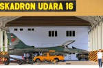 Sejumlah teknisi menyiapkan pesawat tempur F-16 di hanggar Markas Skadron 16 Lanud Roesmin Nurjadin, Pekanbaru, Riau, Senin (22/12/2014). Skadron 16 berkekuatan lima jet tempur F-16. Pesawat-pesawat tempur alat utama sistem pertahanan (alutsista) TNI AU itu bertugas sebagai pasukan pemukul udara untuk wilayah Indonesia Barat. (JIBI/Solopos/Antara/F.B. Anggoro)