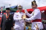 KSAL Laksmana TNI Marsetyo (tengah) disaksikan Gubernur Sulawesi Utara S.H. Sarundajang (kiri) menyerahkan lonceng KRI John Lie-358 kepada komandan kapal Kol. (P) Antonius Widyoutomo (kanan) saat peresmian KRI John Lie-358 di Bitung, Sulawesi Utara, Sabtu (13/12/2014). Seiring peresmian itu, KRI John Lie-358 resmi pula melengkapi alat utama sistem persenjataan (alutsista) TNI AL. (JIBI/Solopos/Antara/Jupiter Weku)