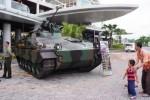 Tank pengangkut personel Marder buatan Jerman milik TNI AD terparkir di pelataran The Park, Solo Baru, Sukoharjo, Jawa Tengah, Jumat (12/12/2014). Kendaraan tempur tersebut sengaja keluar markas dan berpindah ke pusat pertokoan untuk dipertunjukkan kepada publik. (Sunaryo haryo bayu/JIBI/Solopos)