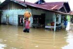 Warga mengevakuasi barang mereka akibat rumah terendam banjir di Desa Mee Kandang, Lhokseumawe, Provinsi Aceh, Senin (22/12/2014). Tingginya curah hujan di Aceh yang menurut BMKG Malikussaleh mencapai 86mm sejak empat hari belakangan ini mengakibatkan sejumlah kabupaten dan kota yang meliputi Aceh Selatan, Aceh Utara, Aceh Timur, dan Kota Lhokseumawe diterjang banjir dengan ketinggian air hingga 5 meter. Ratusan keluarga di Aceh Utara terpaksa diungsikan, seribuan haktare sawah hancur, dan sekolah terpaksa diliburkan. (JIBI/Solopos/Antara/Rahmad)