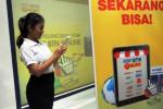 Calon pembeli melakukan transaksi belanja online dengan kartu debit BTN Visa di Jakarta, Rabu (17/12/2014). Para nasabah PT Bank Tabungan Negara Tbk. (BTN) dapat berbelanja dengan mudah,cepat, dan murah secara online menggunakan kartu debit BTN Visa. Layanan ini merupakan terobosan baru Bank BTN dalam melayani transaksi belanja secara online yang saat ini banyak digemari masyarakat Indonesia. (Dedi Gunawan/JIBI/Bisnis)