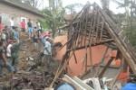 Warga bergotong royong membersihkan puing-puing rumah milik Giyanto, 34, warga RT 001/RW 002, Plumbon, Tawangmangu, Karanganyar, Jawa Tengah yang hancur setelah tertimpa reruntuhan talut, Jumat (12/12/2014). Rumah milik Giyanto itu berada persis di sebelah talut setinggi enam meter yang roboh setelah diguyur hujan. (Bayu Jatmiko Adi/JIBI/Solopos)