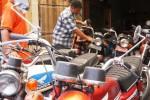 Malik, 36, membetulkan komponen sepeda motor kuno yang ia jual di tokonya, Jl. Mohammad Yamin, Kawatan, Solo, Jumat (5/12/2014). Berbagai jenis sepeda motor tua yang saat ini kembali populer dijual dengan harga berkisar antara Rp2.500.000 hingga Rp11.000.000, bergantung kondisi dan merek kendaraan. (Sunaryo Haryo Bayu/JIBI/Solopos)