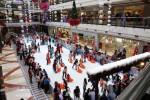 Pengunjung menikmati permainan ice skating dalam wahana Winter Wonderland yang digelar Mal Pondok Indah, Jakarta untuk mengisi liburan Natal 2014, Jumat (26/12/2014). Dengan harga tiket masuk Rp80.000 hingga Rp100.000 per orang pengunjung dapat menikmati permainan tersebut selama satu jam. (Rahmatullah/JIBI/Bisnis)