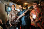 FOTO FESTIVAL ANTIKORUPSI : Joko Widodo Timang Lagi Gitar Metallica