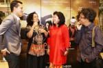 Mantan Menteri Pariwisata Dan Ekonomi Kreatif Marie Elka Pangestu (kedua dari kanan) berbincang-bincang dengan para aktor dan kru pendukung pembuatan film Pendekar Tongkat Emas Nicholas Saputra (kiri), Mira Lesmana (kedua dari kiri), dan Riri Riza (kanan) saat menghadiri Gala Premier Film Pendekar Tongkat Emas di Jakarta, Jumat (12/12/2014) malam. Film yang mengangkat cerita laga silat yang menampilkan sejumlah bintang film kenamaan, di antara mereka adalah Christine Hakim, Slamet Rahardjo, Nicholas Saputra, Eva Celia, Tora Baso, Reza Rhardian, Prisia Nasution, dan Darius Sinartrya tersebut merupakan film laga silat pertama bagi Mira Lesmana yang mengambil setting film di Pulau Sumba, Nusa Tengga Timur (NTT). (JIBI/Solopos/Antara/Julius Wiyanto)