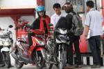 Pengendara sepeda motor mengantre untuk mengisi bahan bakar minyak (BBM) jenis Pertamax di Stasiun Pengisian Bahan Bakar Umum (SPBU) Jl. M.T. Haryono, Manahan, Solo, Jawa Tengah, Rabu (17/12/2014). Terhitung mulai Minggu (14/12/2014), harga Pertamax turun dari Rp10.600 menjadi Rp10.300. Penurunan harga BBM jenis Pertamax itu mengakibatkan lonjakan peningkatan penjualan Pertamax hingga 50%. (Sunaryo Haryo Bayu/JIBI/Solopos)