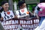 Mahasiswa Universitas Sawerigading menggelar aksi bagi-bagi bunga kepada pengguna jalan di Makassar, Sulawesi Selatan, Senin (22/12/2014). Aksi tersebut mereka maksudkan untuk memperingati Hari Ibu yang sejak 1953 dipringati secara nasional di Indonesia setiap 22 Desember 2014. (JIBI/Solopos/Antara/Dewi Fajriani)