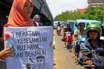 Mahasiswi Universitas Negeri Makassar menggelar aksi memperingati Hari Ibu di Makassar, Sulawesi Selatan, Senin (22/12/2014). Mereka menyerukan agar penghargaan terhadap kaum ibu dilakukan dengan membebaskan para perempuan dari berbagai bentuk kekerasan, fisik, psikis, ekonomi, dan seksual. (JIBI/Solopos/Antara/Sahrul Manda Tikupadang)