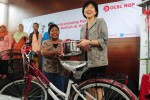 Presiden Direktur PT Bank OCBC NISP Tbk. Parwati Surjaudaja (kanan) menyerahkan bantuan kepada para ibu penjual jamu saat menggelar kegiatan corporate social resposibility (CSR) di Jakarta, Rabu (17/12/2014). Kegiatan yang didedikasikan untuk para ibu-ibu di seluruh Indonesia yang hingga usia renta masih berjuang mencari nafkah itu diselenggarakan dalam rangka menyambut Hari Ibu yang diperingati setiap tanggal 22 Desember. (Alby Albahi/JIBI/Bisnis)