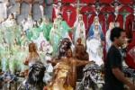Pengunjung melintasi deretan patung Yesus dan tanda salib yang dijual di kawasan Gua Maria Lourdes, Pohsarang, Kediri, Jawa Timur, Minggu (7/12/2014). Menjelang Hari Natal 2014, berbagai pernik rohani seperti miniatur pohon natal, patung Yesus, salib yang dijual Rp5.000 sampai Rp1 juta tersebut, mulai ramai dibeli umat kristiani untuk perayaan Hari Natal. (JIBI/Solopos/Antara/Rudi Mulya)