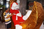 Daryadi, 42, dari tim dekorasi Palur Plaza, Jaten, Karanganyar, Jawa Tengah, Selasa (2/12/2014), membuat boneka salju dari bahan styrofoam. Orang-orangan itu selanjutnya ia pasang di atrium pusat perbelanjaan tersebut untuk hiasan dalam rangka menyambut Hari Natal 2014 dan Tahun Baru 2015. Saat ini, Palur Plaza berbenah untuk menarik pengunjung dengan mengelar berbagai event dalam menyambut liburan Natal dan Tahun Baru. (Sunaryo Haryo Bayu/JIBI/Solopos)