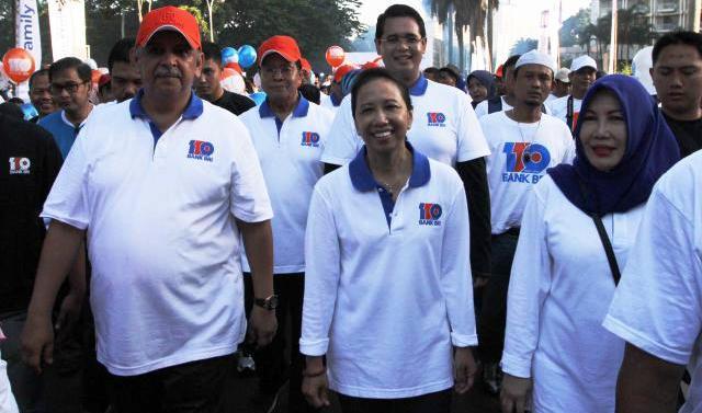 Menteri Badan Usaha Milik Negara (BUMN) Rini Soemarno (tengah) bersama Direktur Utama PT Bank Rakyat Indonesia Tbk. (BRI) Sofyan Basir (kiri) dan Wakil Komisaris Utama Mustafa Abubakar (kedua dari kiri) melepas peserta jalan sehat bersama pada acara Charity Fun Walk dalam rangka perayaan HUT ke-119 BRI di Jakarta, Minggu (21/12/2014). PT Bank Rakyat Indonesia Tbk. pada kesempatan itu berhasil mengumpulkan dana sumbangan senilai Rp250 juta dari 50.000 peserta yang hadir pada acara tersebut. (Rahmatullah/JIBI/Bisnis)
