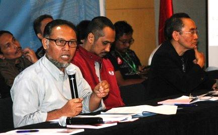 Wakil Ketua Komisi Pemberantasan Korupsi (KPK) Bambang Widjojanto (kiri), Ketua KPK Abraham Samad (tengah), dan Wakil Ketua KPK Adnan Pandu Praja (kanan) menyampaikan paparan akhir tahun kinerja lembaga yang mereka pimpin, di Gedung KPK, Jakarta, Senin (29/12/2014). (JIBI/Solopos/Antara/Reno Esnir)