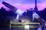 Dua orang penampil asal Prancis melakukan atraksi seni kontemporer dengan tema Art Meets Culture pada Jakarta International Performing Art (Jakipa) 2014 di Plaza Taman Monas, Jakarta, Sabtu (6/12/2014). Jakarta International Performing Art 2014 berlangsung selama dua hari, Sabtu-Minggu (6-7/12/2014) mementaskan sejumlah pementasan seni berupa tarian dan musik yang diikuti sejumlah negara, Indonesia, Jepang, Inggris, Prancis, dan Australia. (JIBI/Solopos/Antara/Reno Esnir)