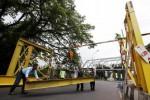 Pekerja memasang portal pembatas tinggi kendaraan di Jl. Ir. H. Juanda, Pucangsawit, Jebres, Solo, Jawa Tengah, Kamis (11/12/2014). Pemasangan portal baru tersebut dilakukan untuk mengganti portal lama yang telah rapuh guna membatasi tinggi kendaraan di jalur jalan yang dilintasi Jembatan Jurug itu. (Reza Fitriyanto/JIBI/Solopos)