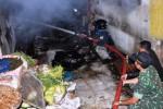 Petugas pemadam kebakaran (PMK) yang dibantu anggota TNI dan warga berusaha memadamkan api saat terjadi kebakaran di Pasar Induk Wonosobo, Jawa Tengah, Senin (22/12/2014). Kebakaran yang terjadi pada jam 02.00 dini hari tersebut menghanguskan ratusan kios dan los. Tidak ada korban jiwa dalam kebakaran Pasar Wonosobo tersebut, namun kerugian ditaksir mencapai milaran rupiah. (JIBI/Solopos/Antara/Anis Efizudin)