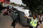 Mobil Mitsubhisi Outlender teguling seusai menabrak sebuah mobil yang sedang berhenti di bahu jalan, kawasan Pasar Jumat, Jakarta Selatan. Kamis (25/12/2014). Tidak ada korban jiwa dalam peristiwa tersebut. Hingga saat ini pihak Kepolisian masih melakukan penyidikan penyebab kecelakaan itu. (Rahmatullah/JIBI/Bisnis)